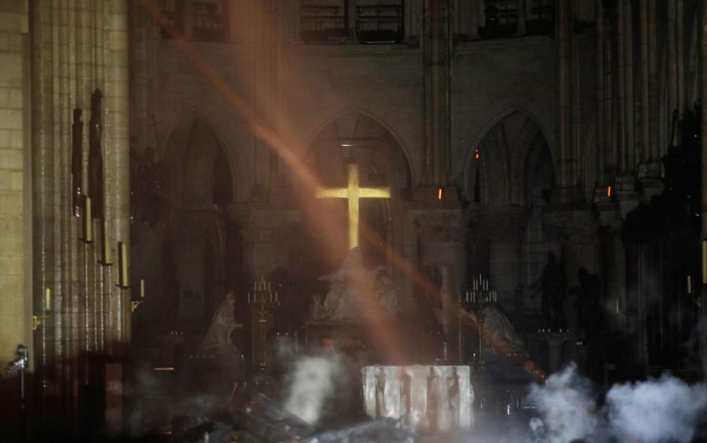 Fumaça sobe ao redor do altar da Catedral de Notre-Dame, em Paris, durante incêndio na segunda-feira (15) — Foto: Philippe Wojazer/Pool/AFP