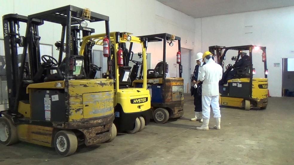 Apenas funcionários da manutenção estão trabalhando no frigorífico, em RO (Foto: Rinaldo Moreira/ G1)