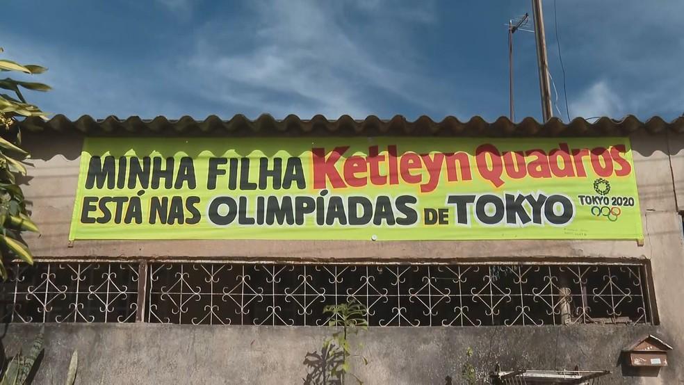 Faixa em rua onde mora a família da judoca Ketleyn Quadros, em Ceilândia — Foto: TV Globo/Reprodução