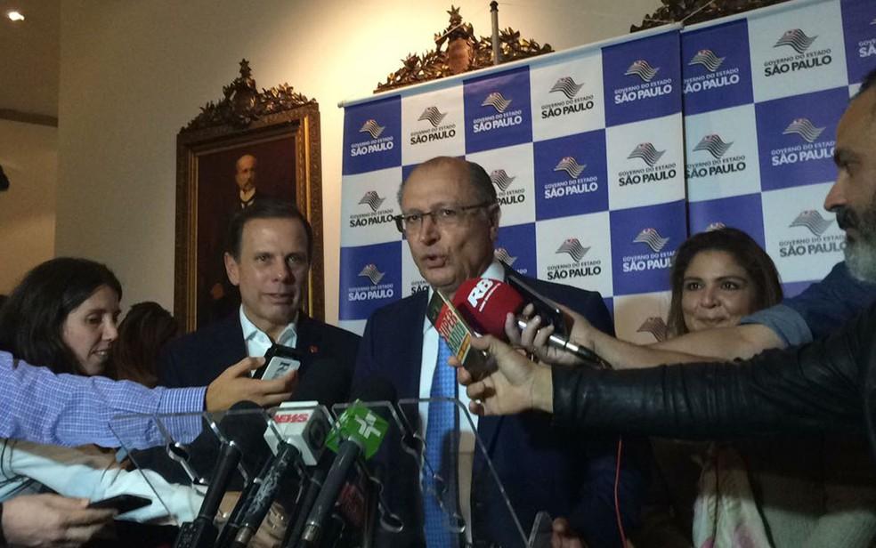 Governador Geraldo Alckmin ao lado do prefeito João Doria no Palácio dos Bandeirantes (Foto: Lívia Machado/G1)