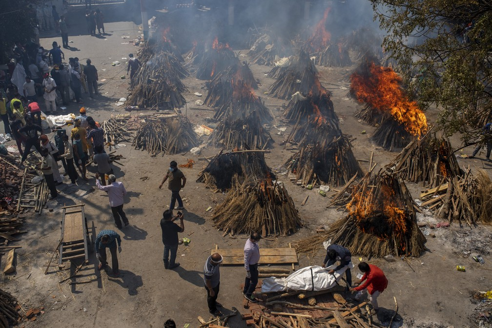 Cremação em massa de vítimas da Covid-19 é feita em Nova Délhi, na Índia, no sábado (24) — Foto: Altaf Qadri/AP