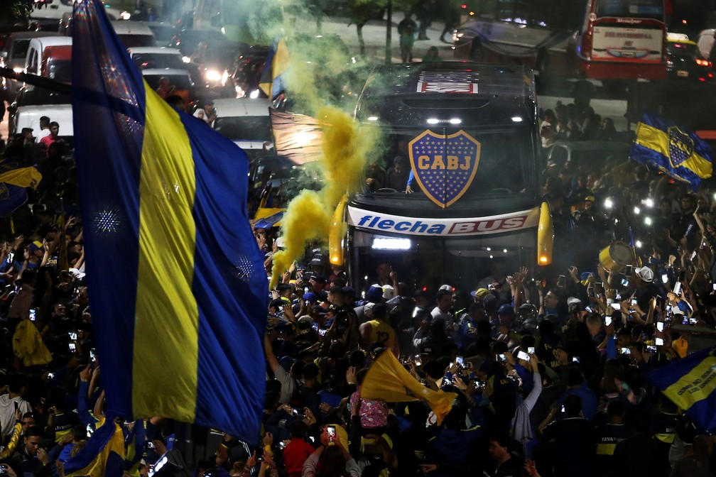 Ônibus do Boca Juniors passa no meio de torcedores no caminho para a viagem a Madri para a final da Taça Libertadores — Foto: EFE/Juan Ignacio Roncoroni