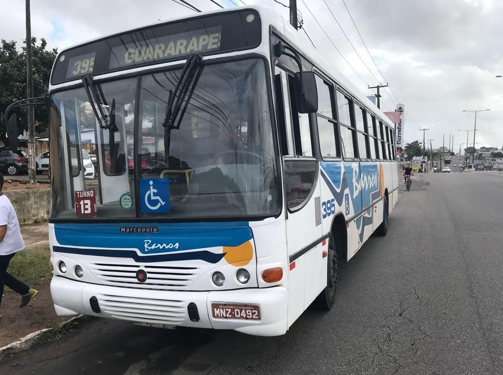 Ônibus da Guararapes sofreu arrastão neste sábado (21) em São Gonçalo do Amarante, RN (Foto: Kleber Teixeira/ Inter TV Cabugi )