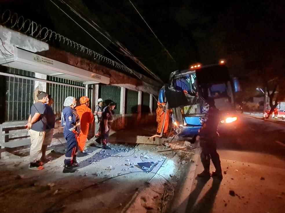 Uma passageira foi socorrida pelo Samu com ferimentos leves. — Foto: Rafaela Duarte/ SVM