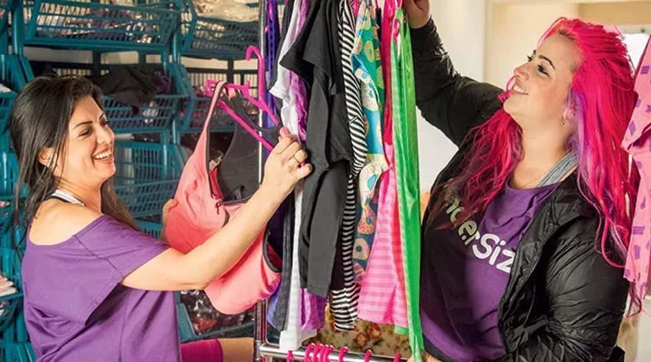 6d8104097 Amanda Momente (à dir.) e Marioli Oliveira  roupa com inspiração feminista (