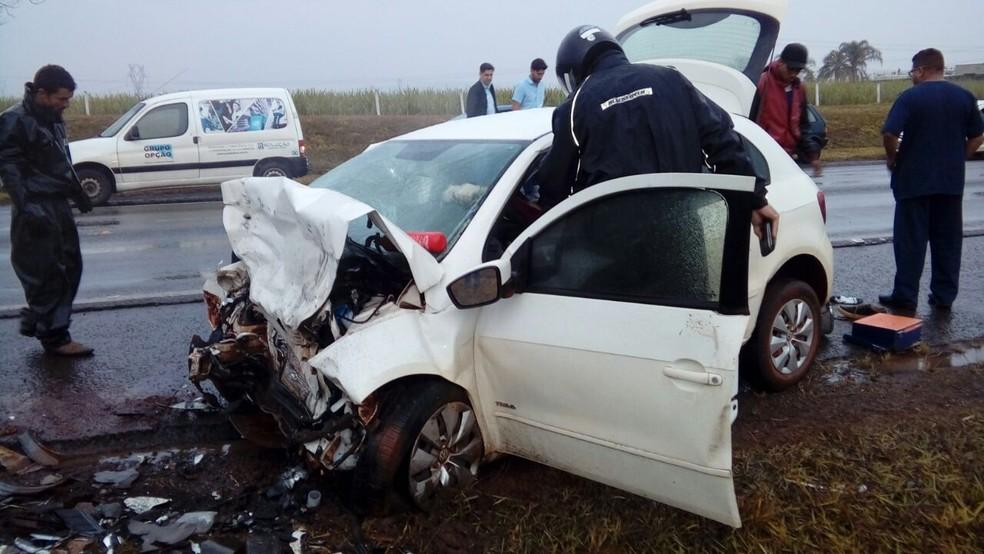 Carro envolvido no acidente na na rodovia que liga Araras a Rio Claro. (Foto: Reprodução)
