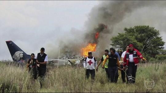 Passageira de avião que caiu no México diz que fugiu por buraco na fuselagem