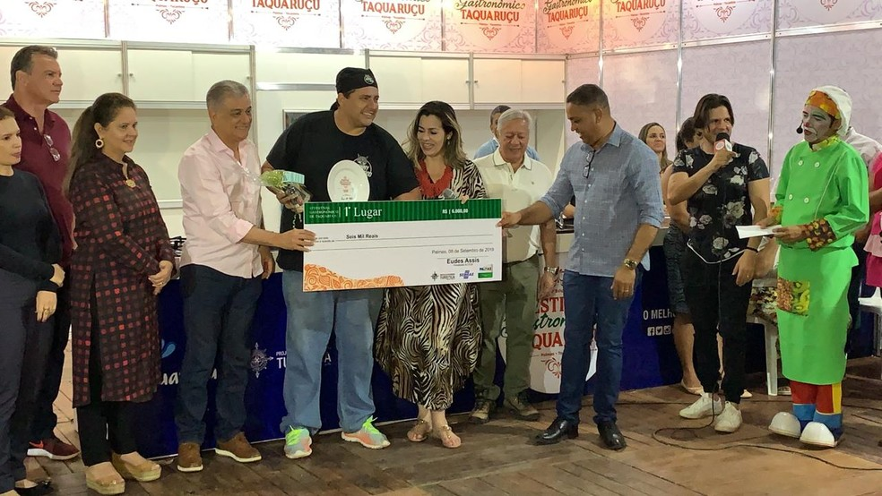 Vencedores recebem premiação em Taquaruçu — Foto: Lucas Machado/TV Anhanguera