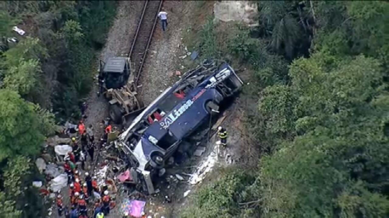 Ônibus que caiu de viaduto não tinha autorização para transportar turistas, segundo ANTT