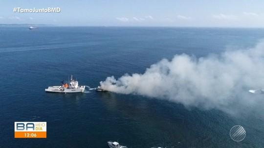 Lancha pega fogo na Baía de Todos-os-Santos; VÍDEOS