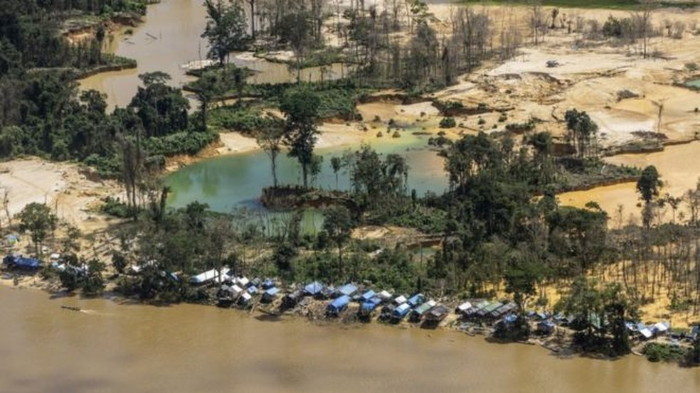 Garimpo na Terra Indígena Yanomami, com barracas e poluição de rios  — Foto: ISA