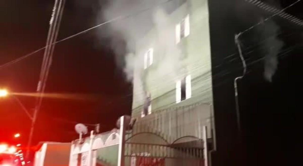 Incêndio atinge prédio de quitinetes no DF e mobiliza 27 bombeiros