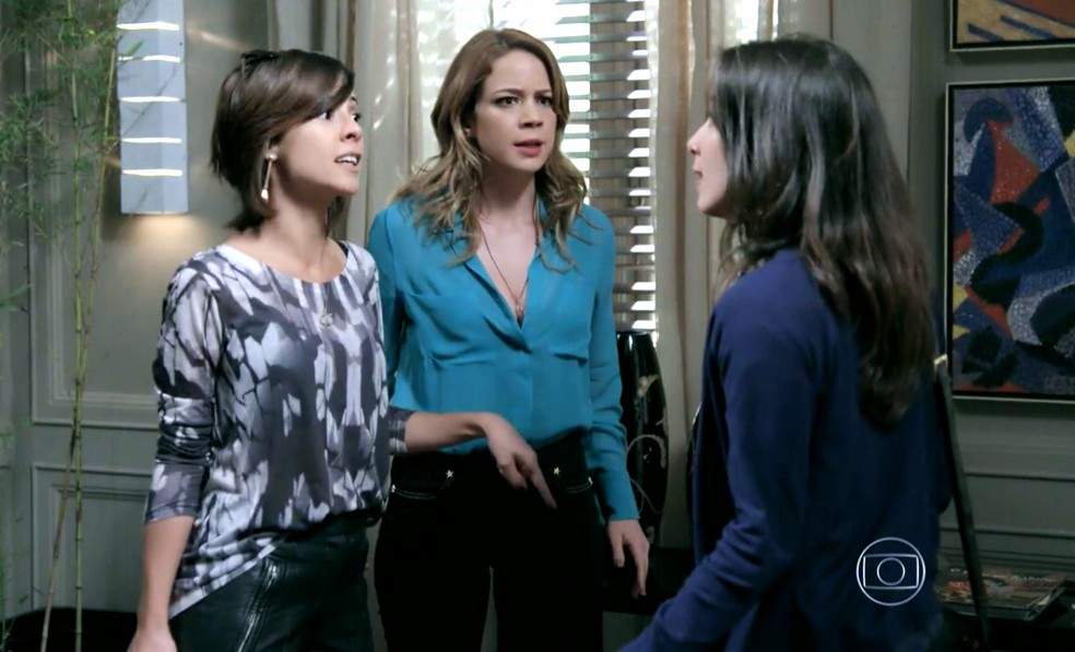 Cristina (Leandra Leal) e Maria Marta (Andréia Horta) querem explicações de Cora (Marjorie Estiano) - 'Império' — Foto: Globo