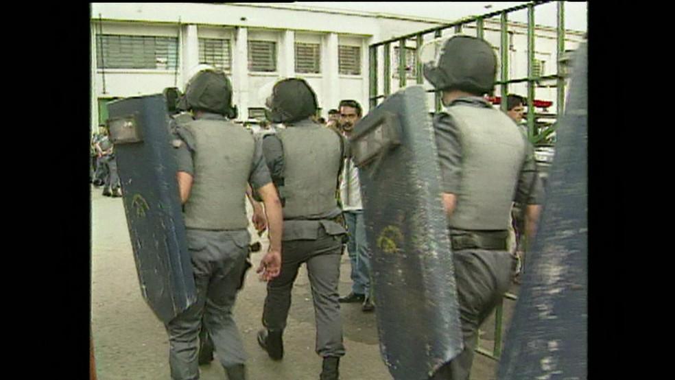 PMs entram armados no Carandiru em 1992 (Foto: Reprodução/Arquivo/Globo News)