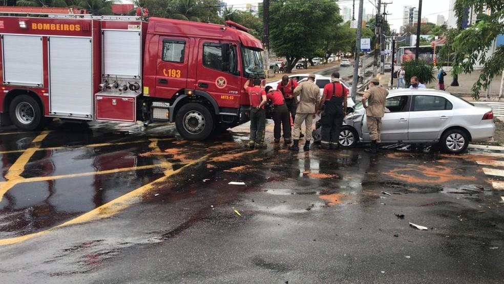 Acidente entre carro e caminhão aconteceu na manhã desta quinta-feira (13) no cruzamento das avenidas Prudente de Morais e Alexandrino de Alencar.  — Foto: Kleber Teixeira/Inter TV Cabugi