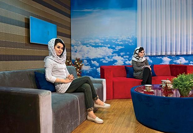 Shabana sorri enquanto sua colega, Shamla Niazi, se concentra para entrar no ar (Foto: .)