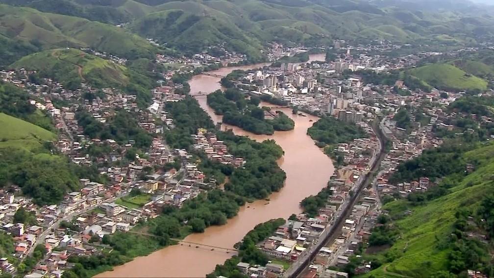 Água barrenta no Rio Paraíba do Sul, no RJ — Foto: Reprodução/ TV Globo