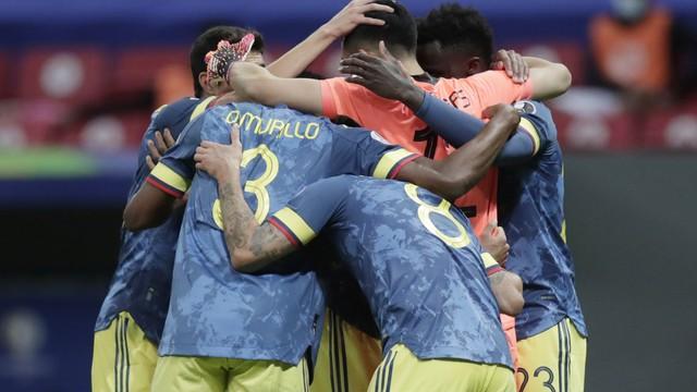 Jogadores colombianos comemoram com Luis Díaz