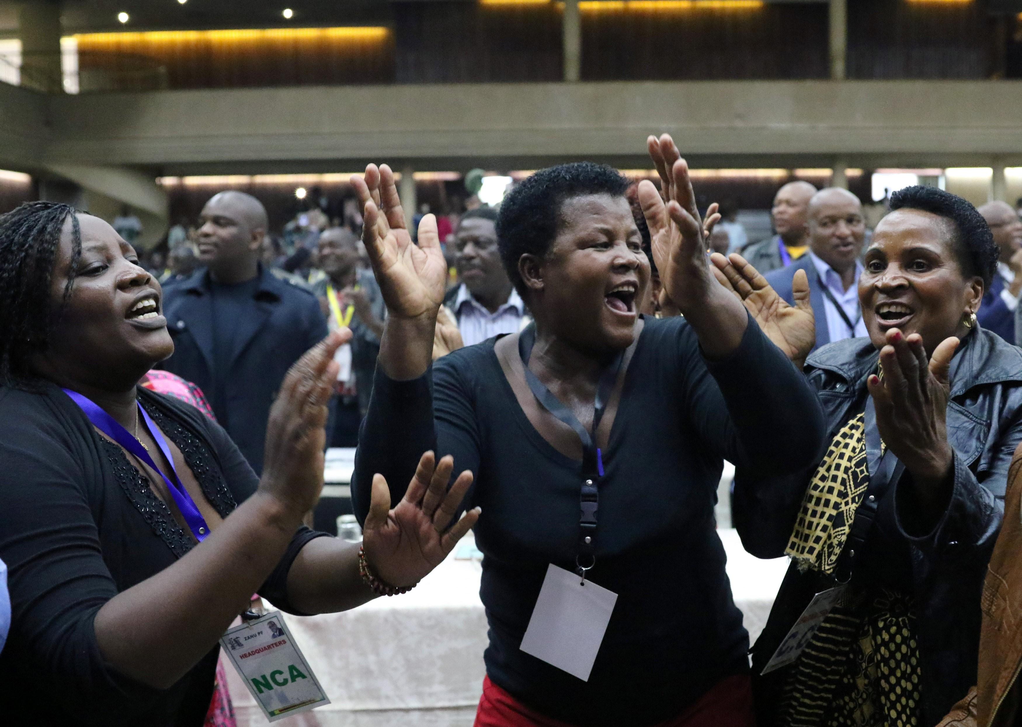 Partido expulsa Mugabe da liderança e exige renúncia à presidência do Zimbábue