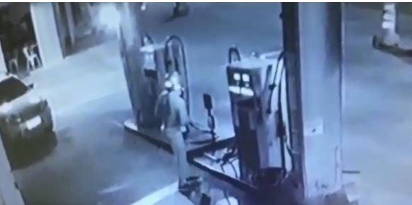 Câmera flagra agressão a frentista durante assalto em posto de combustíveis em Agudos; vídeo - Noticias