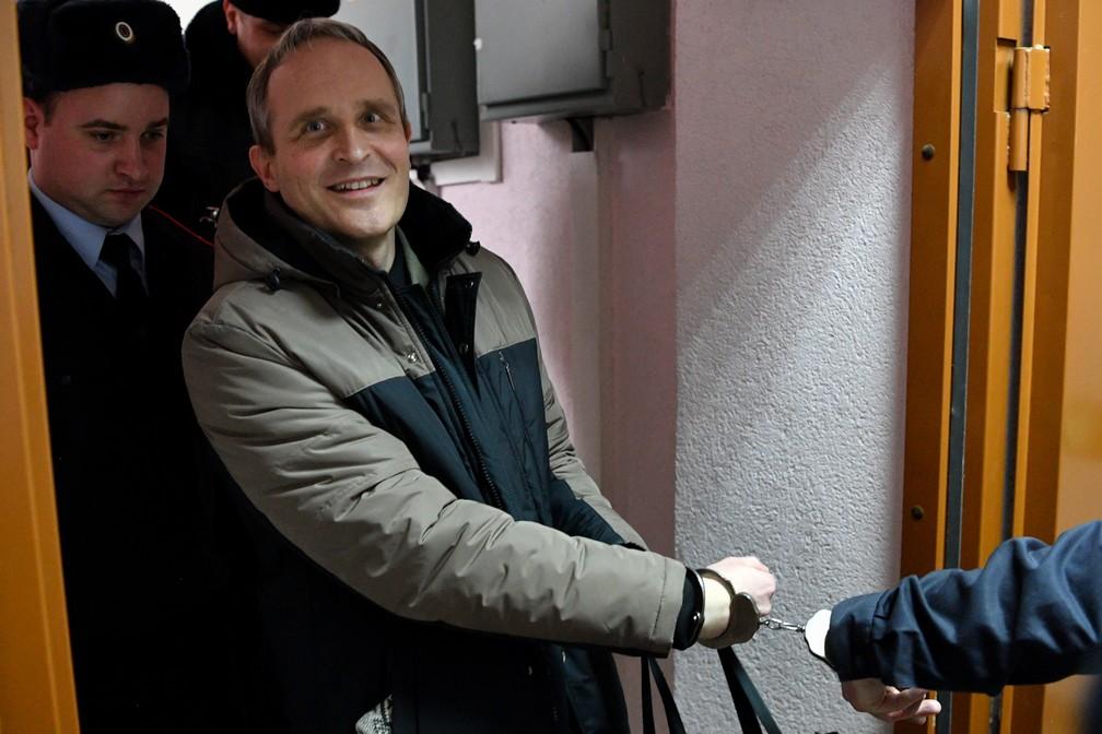 Dennis Christensen é escoltado após veredito que o condenou nesta terça-feira (6) em corte de Oryol, na Rússia — Foto: Mladen Antonov/ AFP