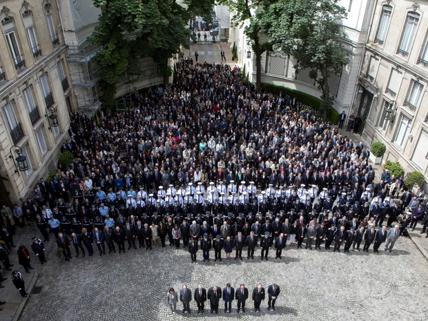 Presidente francês François Hollande e outros políticos participam nesta quarta-feira (15), no Ministério do Interior, de cerimônia em homenagem aos agentes franceses assassinados  (Foto: REUTERS/Kamil Zihnioglu)