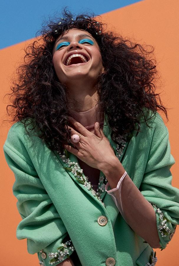 Blusa com gola rulê, R$ 250, Morfema Zero; casaco, Gucci. Anel, R$ 57, Cosmopolitan. (Foto: Bruna Castanheira )