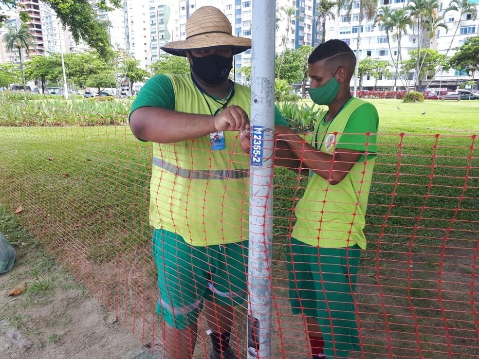 Santos, SP, iniciou instalação de gradis e telas para isolar a praia no réveillon — Foto: Rodrigo Nardelli/G1