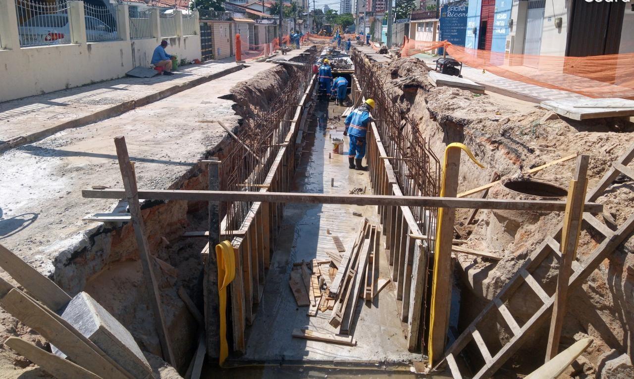 Rua Coronel Mozart Gondim, no Bairro São Gerardo, em Fortaleza, é interditada para obras de drenagem