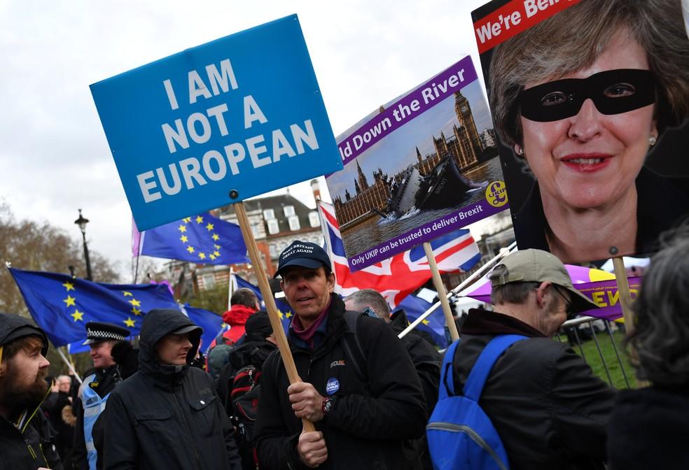 Manifestantes a favor do Brexit protestam em frente ao Parlamento britânico, em Londres — Foto: Dylan Martinez/Reuters