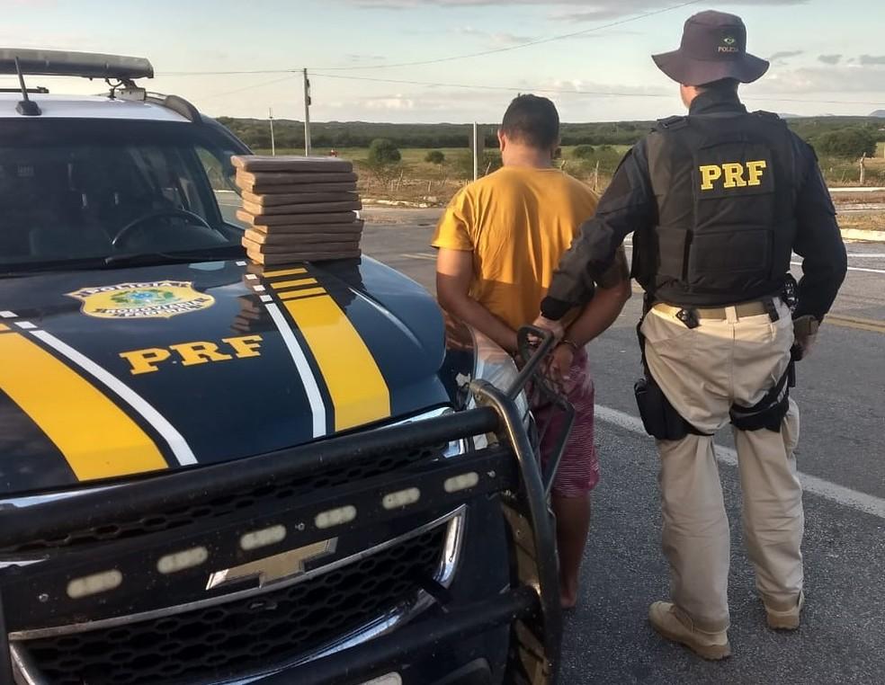 Homem foi preso com drogas na tarde desta terça-feira (18) na BR-226 no RN — Foto: PRF/Divulgação