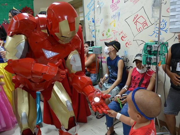 O Homem de ferro alegrou o Samuel, paciente do hospital há sete anos (Foto: Tainá Manna/G1)