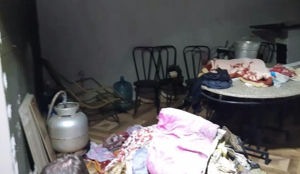 De acordo com o delegado, casa estava com móveis revirados, havia várias garrafas de bebidas espalhadas e muito lixo jogado — Foto: Reprodução/RPC