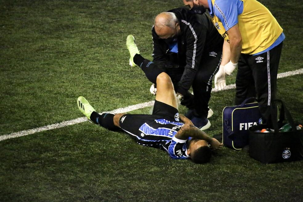 Guilherme Azevedo sentiu lesão muscular no empate do Grêmio com o São José — Foto: Lucas Bubols/ge