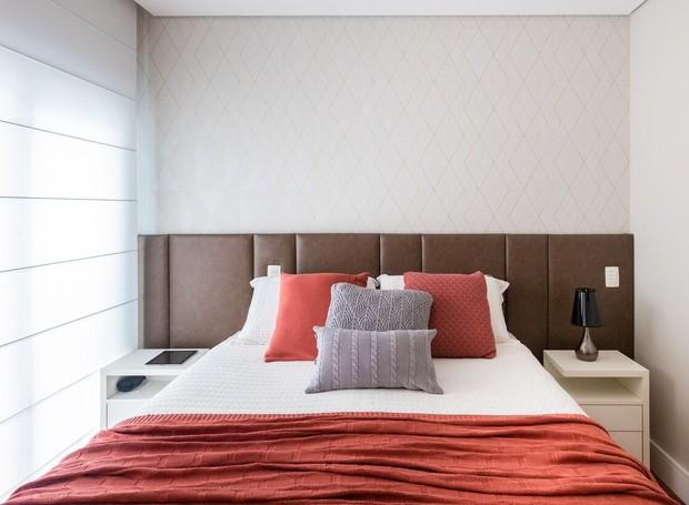 Mesmo seguindo a paleta de cores neutra, no quarto do casal a arquiteta seguiu tons de bege, marrom, além de colocar um toque de cor nas almofadas e na manta. A cabeceira é da Wg design. (Foto: Fernando Crescenti/Divulgação)