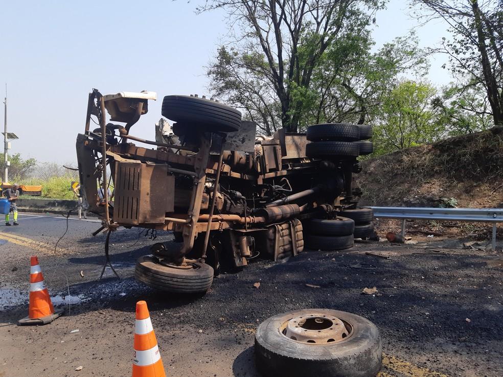 Caminhão ficou totalmente destruído, com peças espalhadas pela pista; trecho foi liberado ao tráfego no fim da tarde desta terça-feira — Foto: Polícia Rodoviária Federal/Divulgação