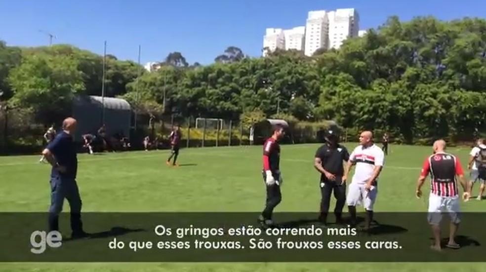 Torcedores do São Paulo cobram jogadores durante invasão ao CT, em 2016 (Foto: Reprodução)