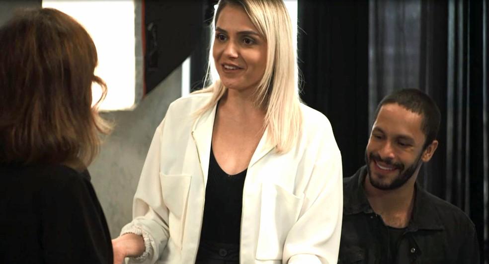 Kim (Monica Iozzi) e Téo (Rainer Cadete) aprovam ideia de ter Linda (Rosamaria Murtinho) como digital influencer, em 'A Dona do Pedaço' — Foto: Globo
