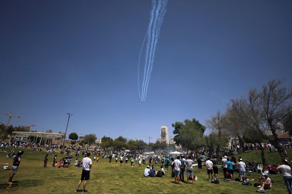 Pessoas em um parque de Jerusalém, em Israel, em 15 de abril de 2021 — Foto: Ammar Awad/Reuters