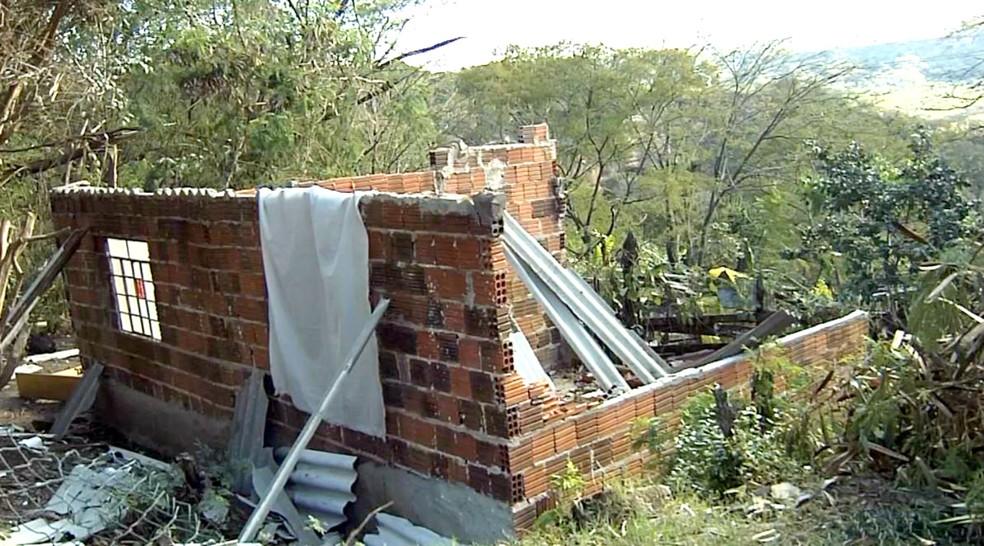A casa de Naiara teve o telhado arrancado e paredes derrubadas com a força do vento (Foto: Reprodução / TV TEM)