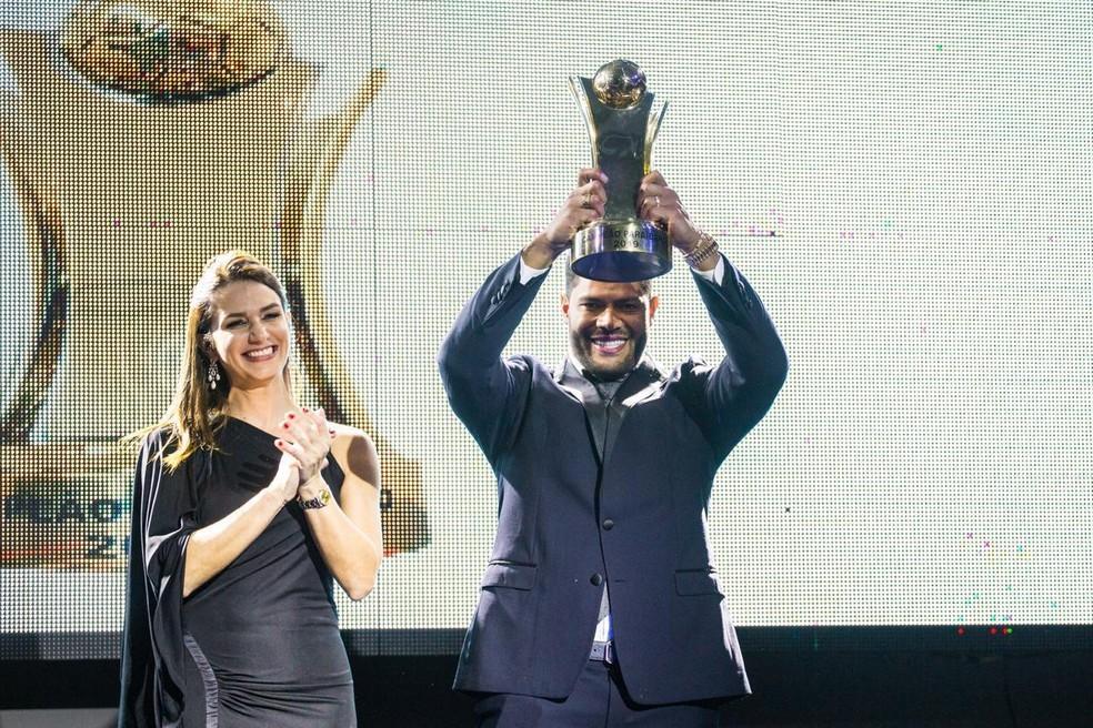 Michelle Ramalho fez o lançamento oficial do Campeonato Paraibano de 2019 ao lado do atacante Hulk — Foto: Divulgação/FPF