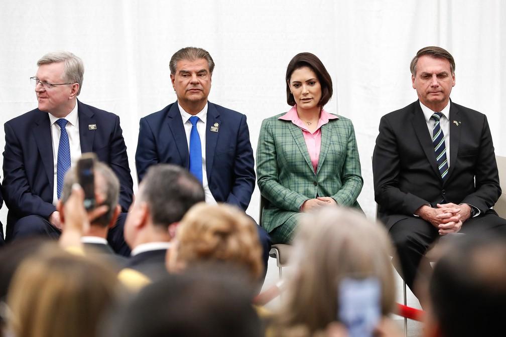 Nestor Forster e senador Nelsinho Trad (PSD-MS), ao lado da primeira-dama Michelle Bolsonaro e do presidente, Jair Bolsonaro — Foto: Alan Santos/Presidência da República