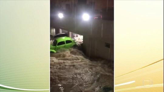 Fusca na piscina: comporta caseira não suporta pressão da água e arrasta carro da garagem