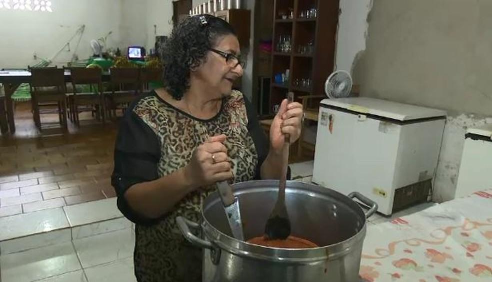 Dona de casa decidiu ajudar após ver pessoas passando necessidade  (Foto: Reprodução/Rede Amazônica Acre )