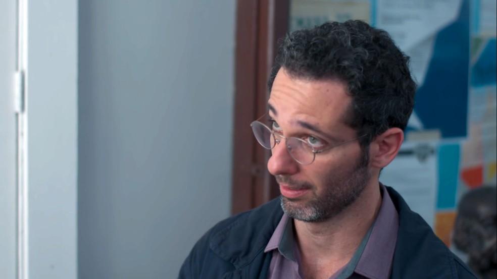 Bóris (Mouhamed Harfouch) é procurado para dar satisfações sobre relação com Lica (Manoela Aliperti) — Foto: Globo