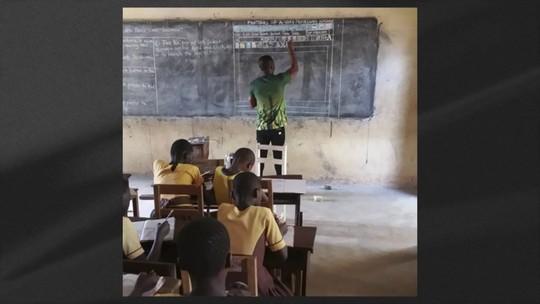 Professor dá aulas de informática sem computador