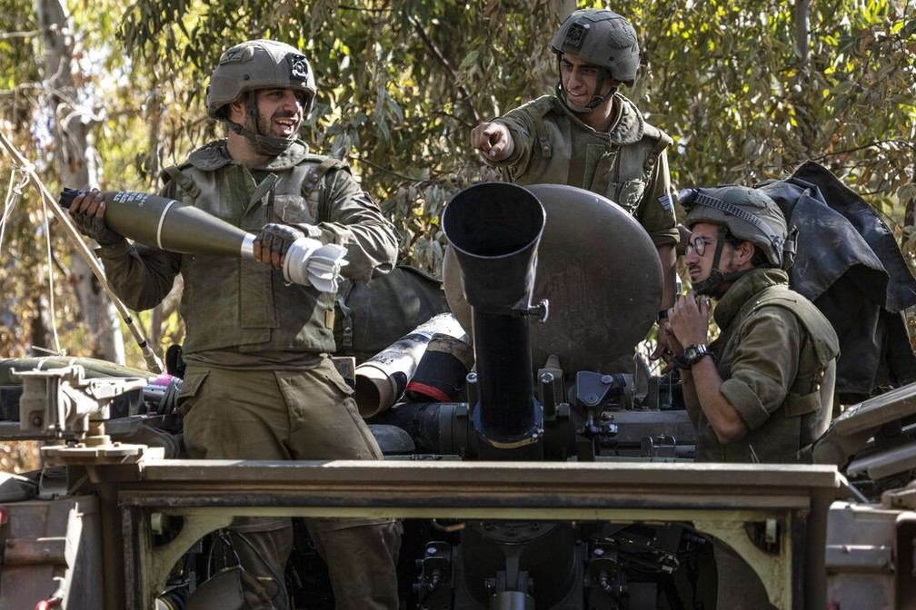 Soldados israelenses se preparam perto da Faixa de Gaza nesta sexta-feira (14) — Foto: Tsafrir Abayov/AP Photo