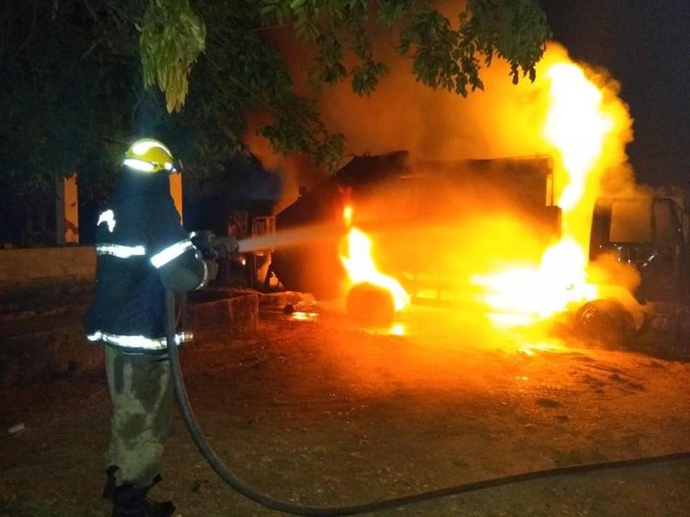 As chamas atingiram o ônibus e um caminhão da coleta de lixo de Nazária.  — Foto: Deyves / Portal Fala Piauí