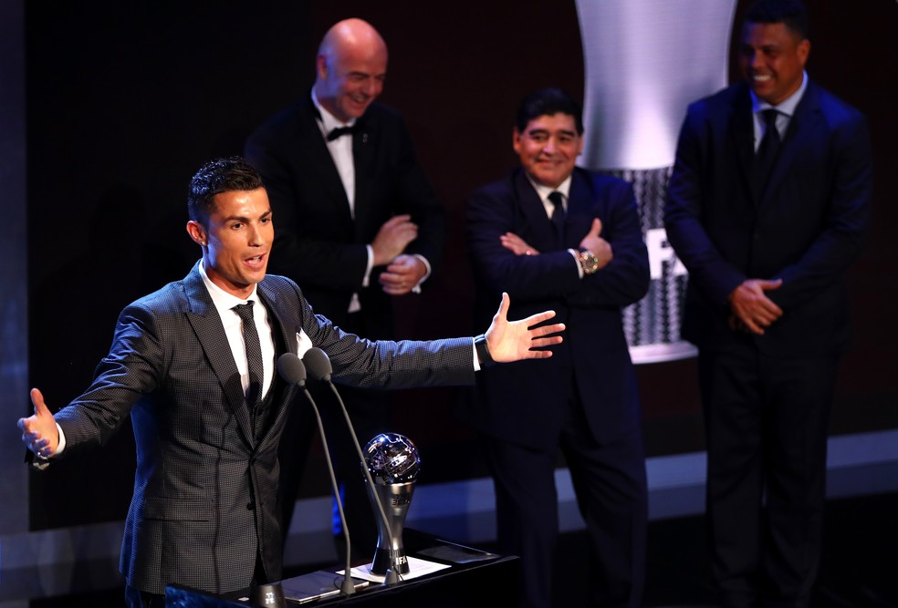 Gianni Infantino, presidente da Fifa, Diego Maradona e Ronaldo Fenômeno observam o discurso do melhor jogador do mundo (Foto: Getty Images)