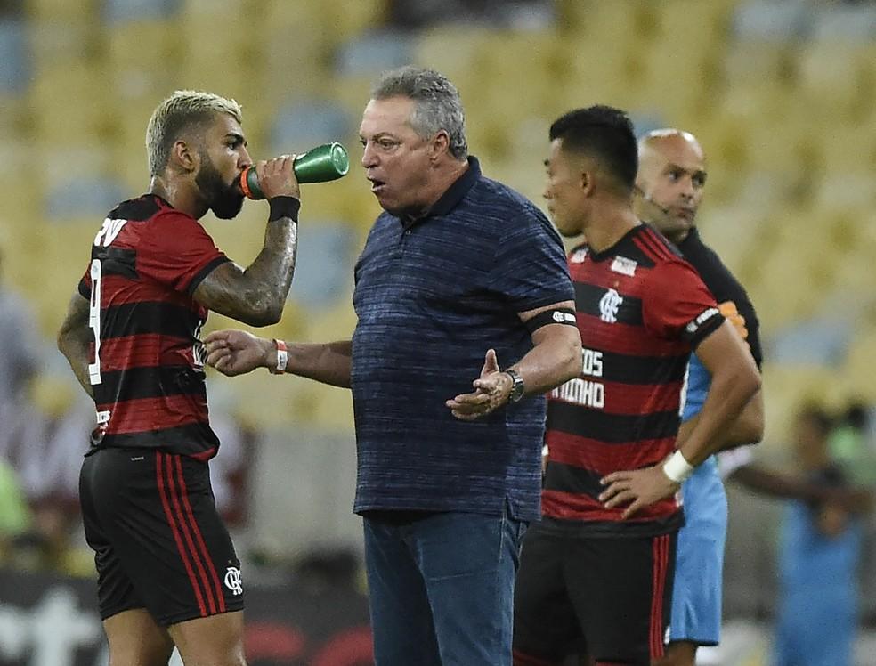 Abel Braga durante a semifinal — Foto: André Durão